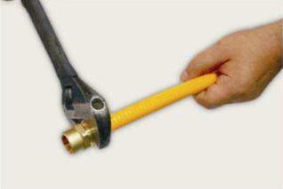 обжимаем фитинг гаечным ключом
